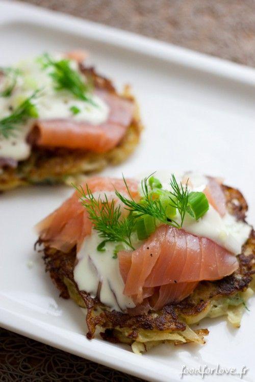 Galettes de pommes de terre, saumon, herbes et crème de gruyère