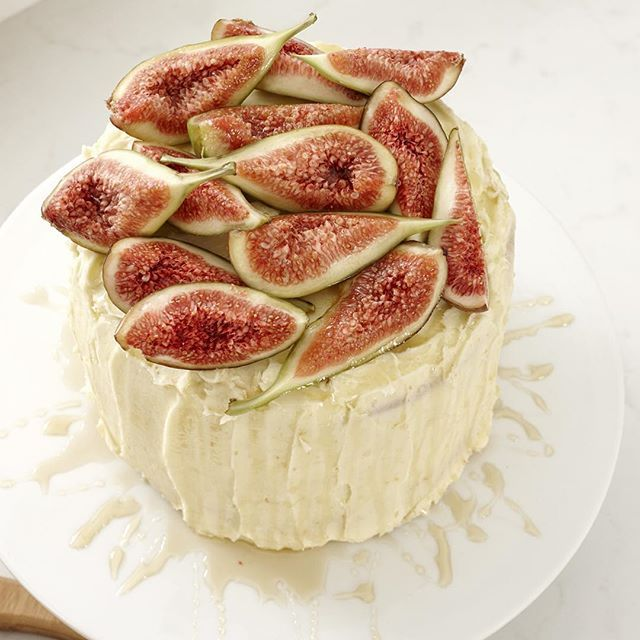 Alice Brew Stylist. Melbourne, Australia.  Fresh figs & cream cheese icing! Sometimes you can have your cake and eat it too! 🍰 (Or have your props and eat them too!) #ladelle #cake #figs #homewares #cakespo