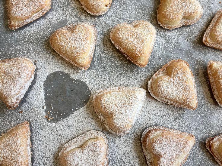 Vaniljhjärta, ett perfekt bakverk till alla hjärtans dag. En god spröd mördeg med len vaniljkräm. Här får du recept, beskrivning och bilder för att lyckas!