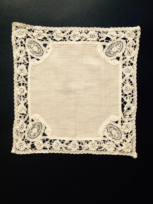 Linnen dames-zakdoek van batist en omzoomd met handgemaakte Brusselse-naaldkant. Datering 19e eeuw.