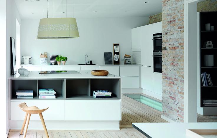 Familien i Aarhus har renoveret en villa fra 40'erne og skabt et personligt og charmerende udtryk ved at mikse det stilrene køkken med originale elementer fra huset, som rå murstensvægge og afhøvlede trægulve.