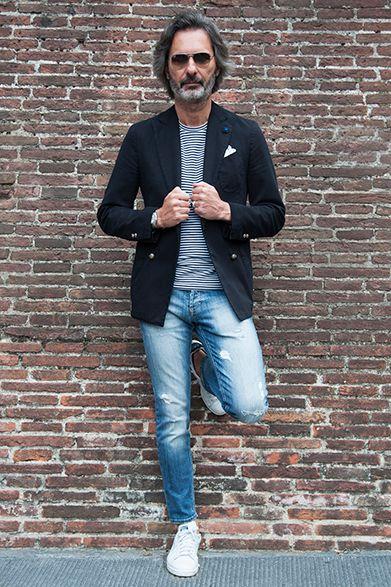 2015S/S ピッティ・ウォモ スナップ(1) マルコ・ ザンバルド ショー ルーム「ザンバルド」オーナー 大人の清涼なジャケットスタイル  メタルボタンのダブルのジャケットに、ウォッシュのかかったデニムというリラックス感のあるコーディネート。インナーのボーダーTシャツとホワイトのスニーカーで清涼感漂うスタイルに。そのコーディネートから感じられるのはトレンドでもあるスポーティで軽快な印象。気負わずファッションを楽しむ大人のジャケットスタイルとして、取り入れてみてはいかがだろう。