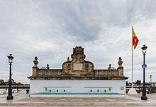 En El Puerto de Santa María,  , invernaban las Galeras Reales desde el siglo XVI. En 1735 se construye esta fuente con el fin de proveer de agua a la flota y de hermosear la ciudad, que había pasado a la Corona en 1729. Se ubica junto al río Guadalete, en la Plaza de las Galeras, uno de los puntos centrales para el turismo en esta localidad gaditana.