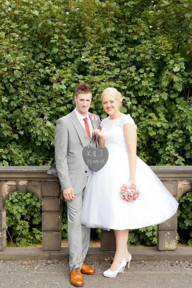 A fantastic picture of a 50's retro wedding and of course a matching bouquet!