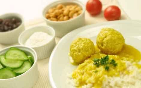 Boller i karry. God dansk klassisk mad her serveret som ristaffel med tilbehør on-the-side (Meatballs in curry - typical Danish dish)