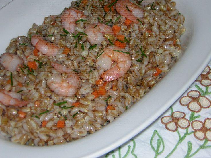 L'insalata di farro e mazzancolle tropicali surgelate si prepara in poco tempo ed è un piatto sfizioso che possiamo servire come antipasto o come parte di