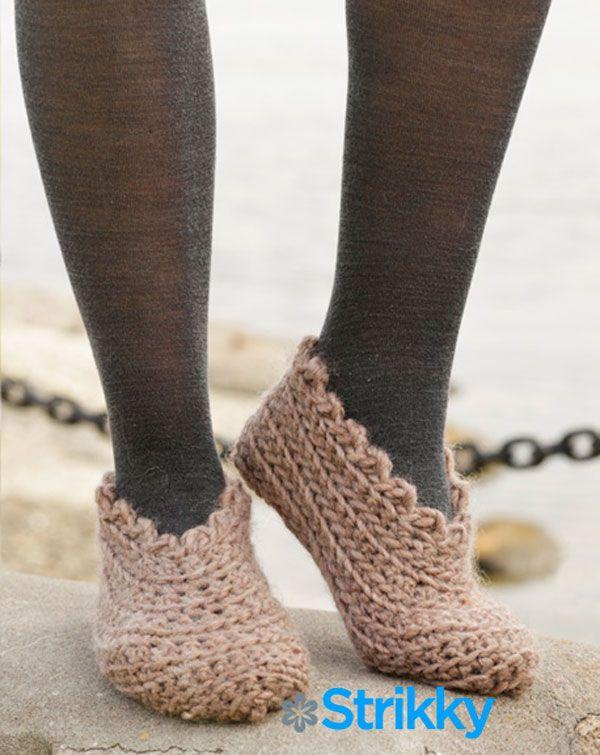 Из толстой пряжи можно довольно просто и быстро связать для дома мягкие лёгкие тапочки. Таких домашних тапочек, разных фасонов, из разной пряжи, должно быть много. Чтобы их можно было менять, варьировать, в зависимости от настроения, цвета домашнего халатика или свитера, от новых занавесок и прочего. Просто так интереснее. Такие тапочки можно вязать для разных размеров ноги, и все они учтены в описании:
