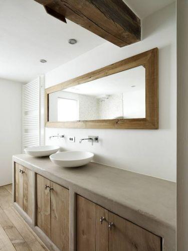 spiegel Badkamermeubel houten deuren en vlakke staanders en blad