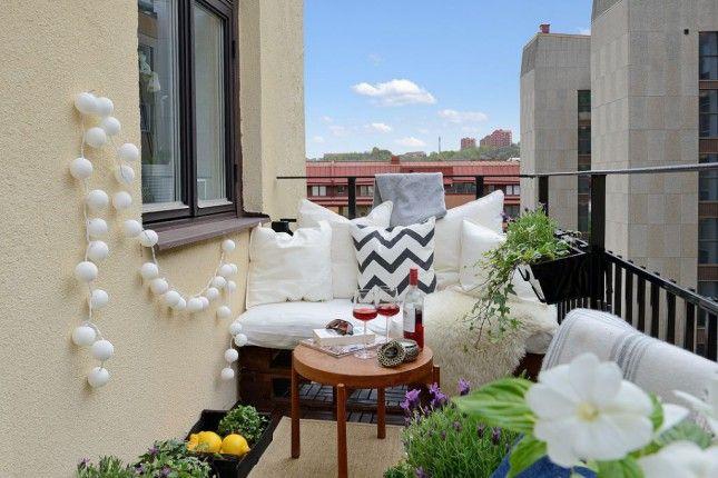 białe kule oświetlajace balkon,girlanada z kul na małym balkonie,bawełniane kule ze światełkami,girlandy z bawełnianych kul,jak oświetlić balon,girlandy z żarówek na tarasie i balkonie,jak oświetlić dekoracyjnie taras,pomysłowe oświetlenie na balkony i tarasy,swiecące girlandy z żarówek i bawełnianych kul