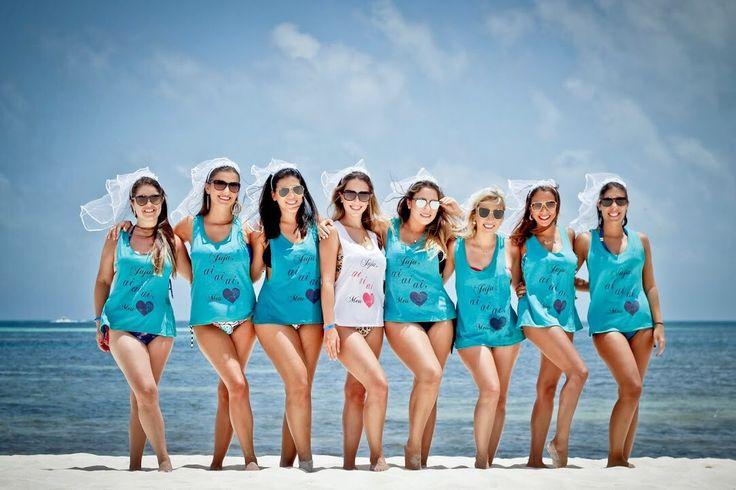 Regatas personalizadas para viagens com as amigas e véuzinhos Personalize Me. Essa despedida foi em Cancún.