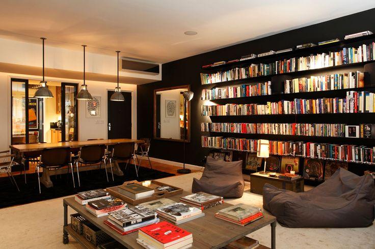 Estante de livros na parede preta