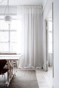 Välkomna ljuset med lättsamt skira linnegardiner i exklusivt hellinne som ger ett luftigt och tidlöst uttryck. Alla våra tyger vävs i Spanien, ett land med lång erfarenhet och bred kunskap inom textiltillverkning. Gardinerna är försedda med ett multiband som gör att upphängningen är universal. Det går lika bra att hänga dina Gotain gardiner på gardinstång som i gardinskena med glid, fingerkrok eller ringar.
