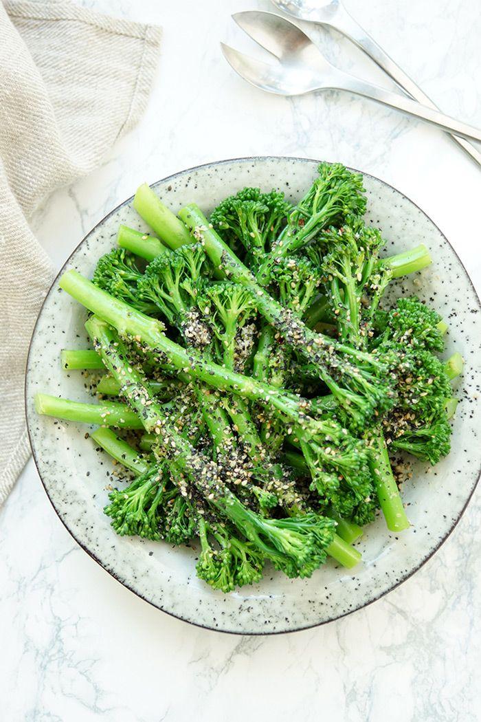 Bimi mit Sesam ist ein einfaches und vegetarisches Beilagen-Rezept, das so auch mit Brokkoli oder grünen Bohnen funktioniert. Bimi ist eine Kreuzung aus Brokkoli und Kai-lan. Der Vorteil bei Bimi sind die weichen Stängel, die mitgegessen werden können. Außerdem brauchen sie nur wenige Minuten zu kochen. Bimi ist eine Kreuzung aus Brokkoli und Kai-lan (Kai-lan ist ein asiatische Blattkohl-Sorte). Einfache Gesunde Rezepte - Elle Republic  #bimi #brokk