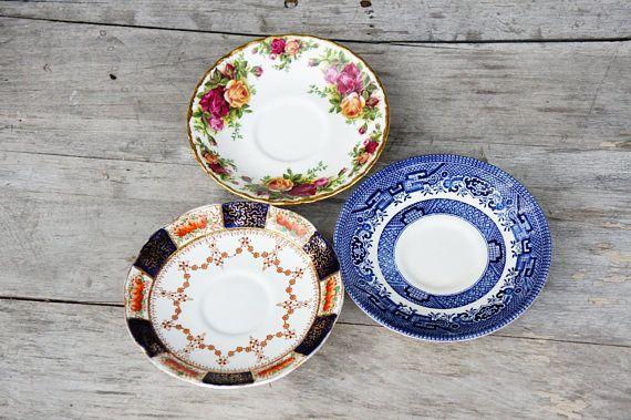 Vintage Missmatched Floral und Blue Willow Untertassen / Shabby Chic / Bohemian Chic / Aft …   – Blue Willow