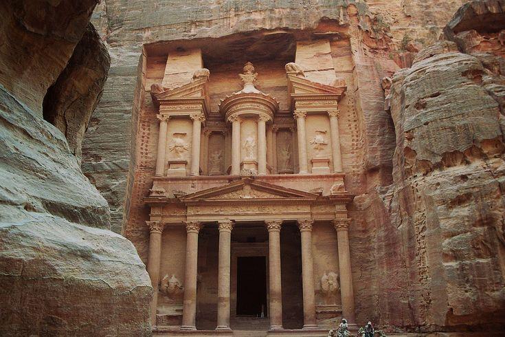 Petra Jordánia leghíresebb romvárosa, amely 1985 óta az UNESCO világörökség részévé vált. Görög neve sziklát jelent, de valójában a Római Birodalom idején kereskedelmi központként funkcionált az áthaladó kereskedelmi utak selyem és fűszerforgalmát fellendítve.   #beduinok #homokkő #Monostor #nabateusok #Petra