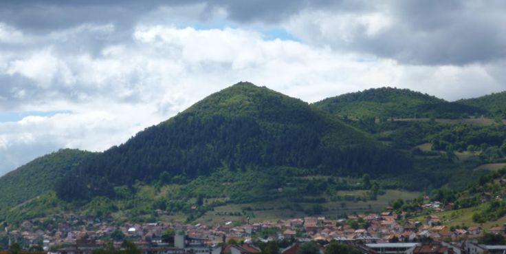 Bosznia, az ősi energiák bölcsője (spirituális vezetéssel)  PIRAMIS TÚRA (Visoko) Meglátogatjuk a Nap és a Hold Piramist, lejuthatunk a piramisokat összekötő alagút rendszerbe. Délben egy kellemes ebéd elköltése után a Földanya sírdombját tekintjük meg.