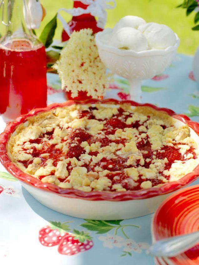 Snabbt och supergott med jordgubbar under ett smultäcke med vit choklad.