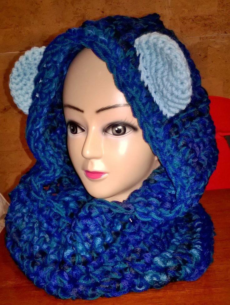 Cappuccio scalda collo realizzato all'uncinetto nelle tonalità del blu con orecchie celesti