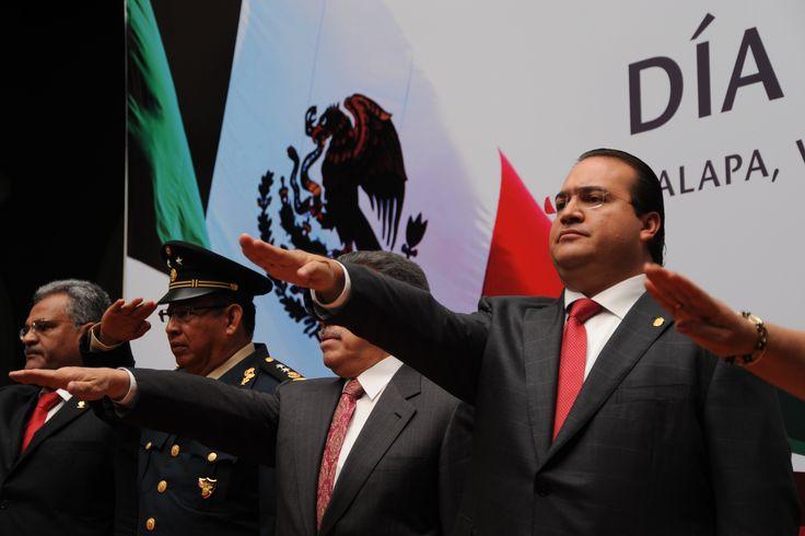 """El mandatario junto con todos los presentes hizo el juramento a la bandera como parte de la Ceremonia Cívica con motivo del """"Día de la Bandera Nacional"""""""