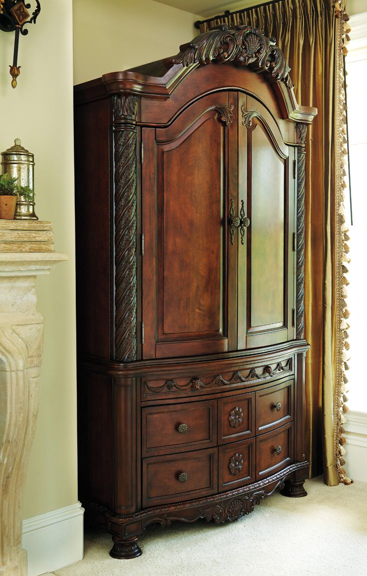 Merveilleux The Armoire Is Tall And Has Multiple Drawers And Working Doors