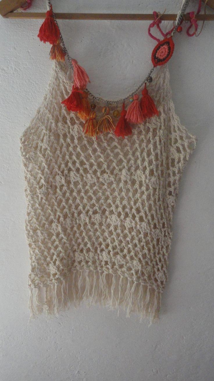 musculosa tejida en crochet con collar de borlas Diseño Natu Sierra