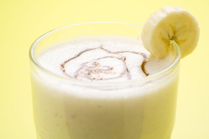 Кокосово-банановый шейк-2 чашки кокосового молока; 4 больших измельчённых финика без косточек; 1/2 порционной ложки ванильного протеина (по желанию); 1 небольшой банан (можно замороженный); 1/2 чайной ложки корицы; 1–2 чашки измельчённого льда; 1/3 чашки апельсинового сока.