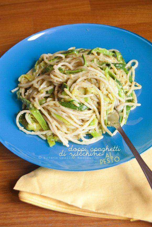 Spaghetti di zucchine? Sì: doppi e pure al pesto!  Un piatto fresco, molto leggero e che si prepara in un batter d'occhio. Davvero buonissimi ed originali ! La ricetta la trovate su: http://noodloves.it/spaghetti-di-zucchine-al-pesto/ #Spaghetti #Zucchine #Noodles #Pesto #Ricetta #PrimoPiatto #Pasta #Verdure #NoodlesFriendly