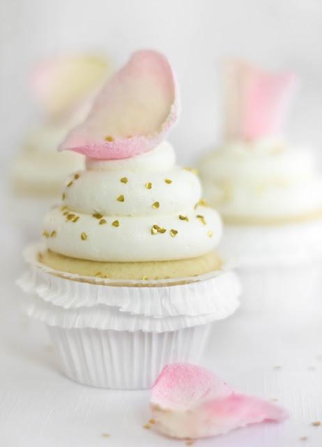 vanilla rosewater cupcakesCake Flower, Rose Water, Vanilla Cupcakes, Wedding Cupcakes, Cupcakes Recipe, Ana Rosa, Vanilla Rosewater Cupcakes, Rose Petals, Cupcakes Rosa-Choqu