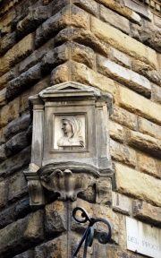 """Firenze, Edicola Votiva """" Madonnina ad angolo"""", bassorilievo del XVI secolo, sul Palazzo Pazzi in Via del Proconsolo"""