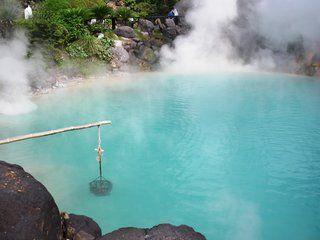 地獄めぐりの画像。神秘的なコバルトブルーの「海地獄」。