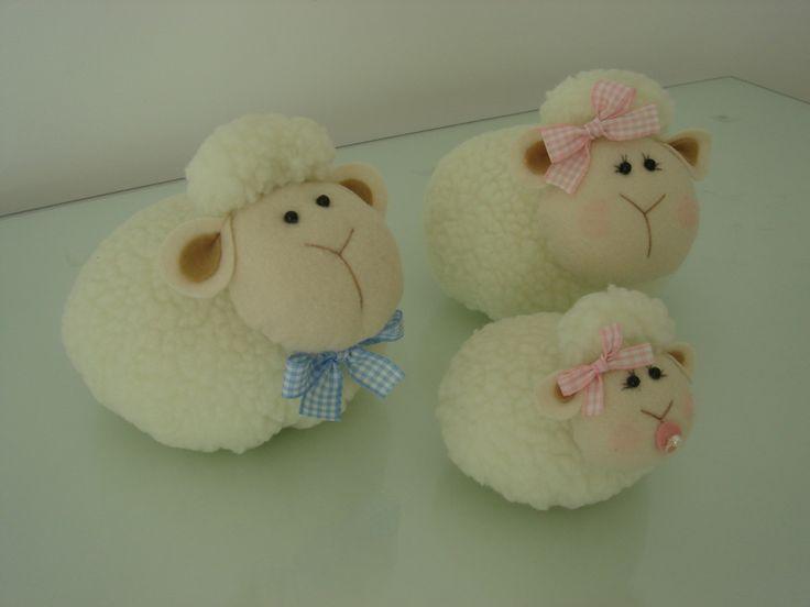 """Família de ovelhas feita em tecido """"carneirinho"""" e feltro com enchimento.    **Medida aproximada do papai e da mamãe: 14cm largura X 13cm altura**  **Medida aproximada da ovelha bebê: 10cm largura X 9cm altura**  **Valor referente a família**"""