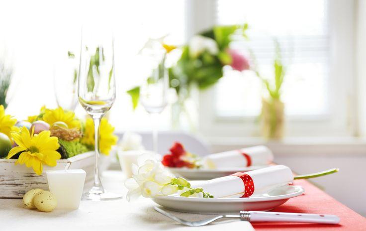 Dekoracje komunijne na stół, fot. Shutterstock #stół #dekoracje #komunijne #pierwszaKomunia #święta #kwiaty #żółty #czerwony #biały #zielony #świętowanie #impreza #przyjęcie #uroczystości #eleganckie #obiad #kolacja #śniadanie #pomysły #inspiracje #ideas #wedding #celebrations #bridal #community #first #flowers #glass #white #green #yellow #red #table #party