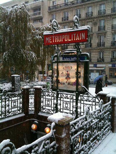Paris metro <3Art, Snow, Paris France In Winter, French Country Home, Christmas, Paris Metro, Travel, Places, Entrance