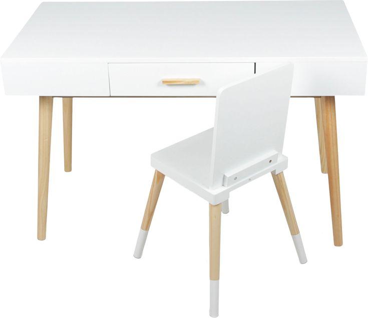 Alice & Fox Skrivbord och Stol, Vit är ett modernt och stilrent set med en stol och ett skrivbord. Skrivbordet har en låda med handtag och en yta som ger gott om plats för alla användningstillfällen. Detta set gör sig fint i barnrummet och blir perfekt plats för att sitta och rita, läsa eller pyssla. Bordet och stolarna är ett måste för alla som älskar inredning. <br><br>Mått:<br>Skrivbord: B100 x D48 x H64 cm.<br>Skrivbordslåda: B35 x D34 cm.<br>Stol: 38 x 3...