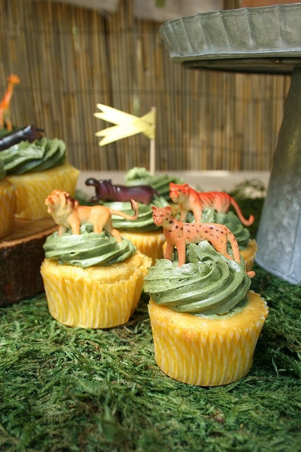 Safari / Jungle Party - easy cupcakes. Just use green or brown icing and add jungle animal resin cake topppers to each one