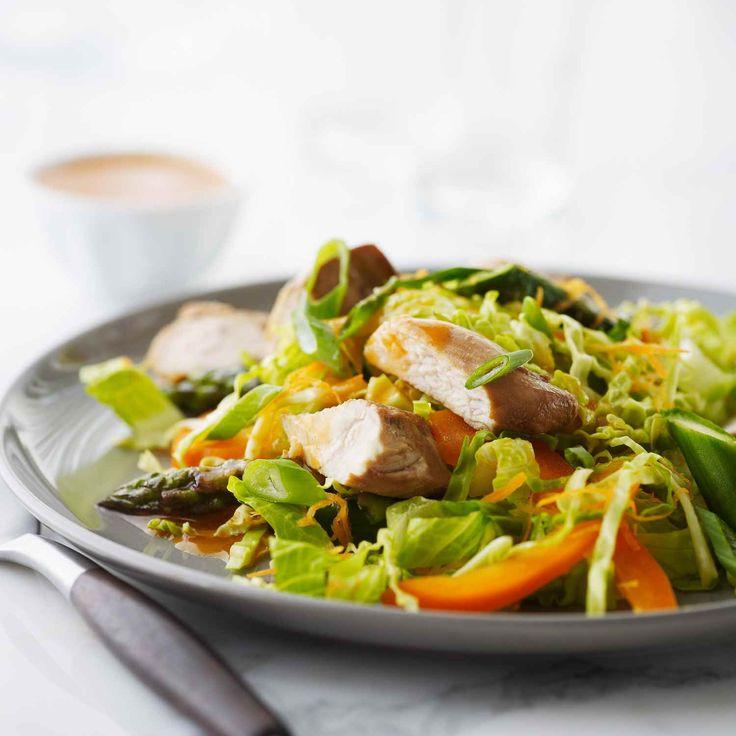 Voici une salade idéale pour le printemps qui célèbre les asperges et les ciboulettes fraîches. Vous adorerez la vinaigrette piquante au gingembre et au sésame. | Le Poulet du Québec