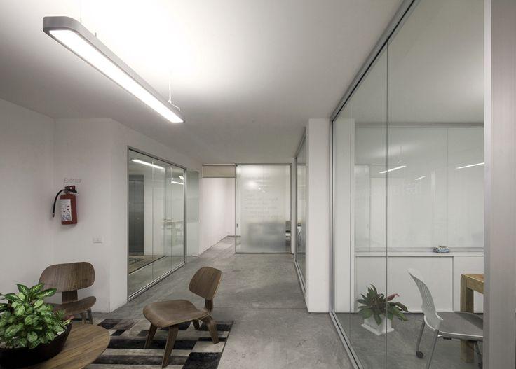 Para enfatizar la transparencia y comunicación entre los distintos directores, cada espacio esta divido por un cancel transparente sin puertas. Los cristales laterales blancos serigrafeados funcionan como pizarrones de trabajo.