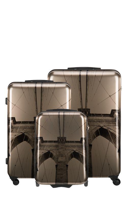 Brooklyn Köprüsünün Art Deco tarzını metalik şampanya rengiyle karıştırarak yorumlayan Suitsuit® sizler için çok şık ve şehirli bir valiz yarattı.