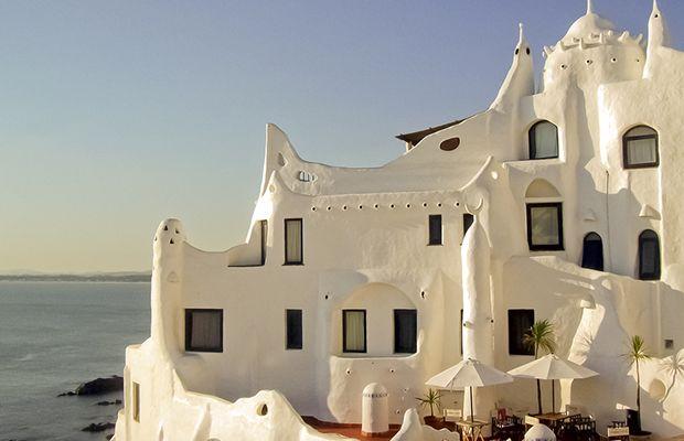 lugares coloridos visitar viagem américa latina  Casapueblo Punta Ballena Uruguai