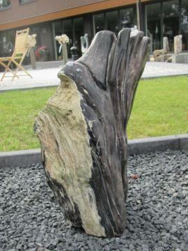 Versteend hout 4GJ. Unieke urnbestemming. Het versteend hout is te plaatsen op een holle sokkel of op een urnbox. Wij hebben meer dan 100 verschillende stukken versteend hout op voorraad. Kijk voor het gehele aanbod op www.gedenkornamenten.nl.