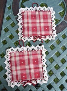 PRESINE - Linea Natale Nordico - PatriziaB.com  Originali presine realizzate in tessuto tirolese rosso carminio riccamente bordate da fine merletto intrecciato a  cordoncino in seta rosso