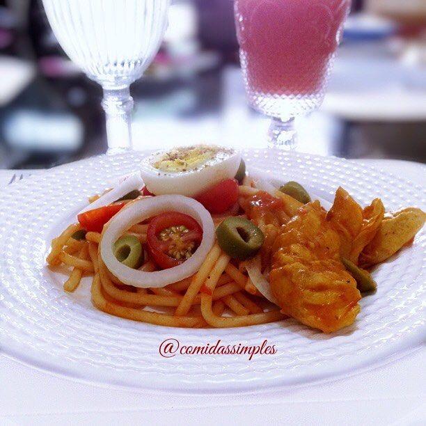 E o meu almoço de hoje foi assim, um espaguete ao molho de tomate, salada(tomate cereja, cebola, azeitona), ovo cozido com tempero e sal e Peito de frango cozido. Acompanhado de suco de goiaba e água que não pode faltar #almoço #dehoje #ovo #egg #espaguete #salada #azeitona #tomatecereja #peitodefrango #tagsforlikes #likes #gastronomia #gourmet #spaghetti #goiaba #agua #delicia #facil #rapido #comidas #boatarde #abençoada #simples #comidassimples #lol