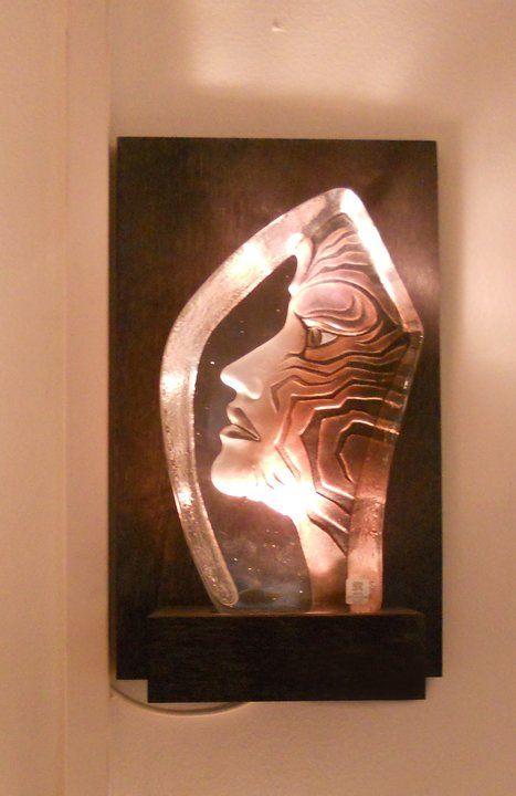 Väggpiedestal med Mats Jonassons populära skulptur - Amazone.
