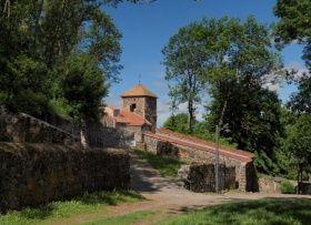 Perché sur un pic volcanique, le village d'Usson, classé « Plus Beaux Village de France », offre un panorama exceptionnel à 360° sur la Chaîne des Dômes, le Massif du Sancy, le Cézallier, les Monts du Cantal et du Livradois-Forez. Tourisme en Auvergne : Venez visiter Usson dans le Puy-de-Dôme : http://www.auvergne.fr/article/usson