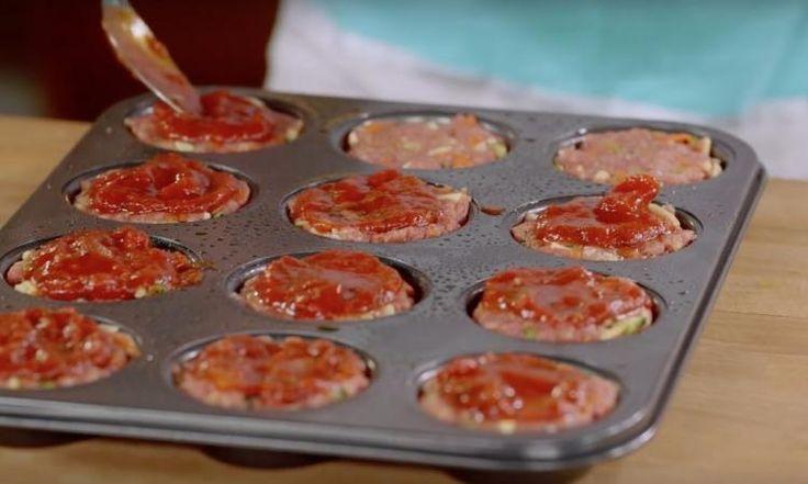 Elle prend un moule à muffins pour faire cuire ses boulettes. Sa recette rapide et facile à préparer en fait le repas parfait!