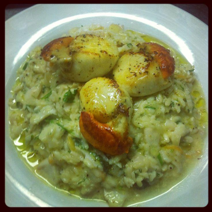 Risotto con pesce bianco e capesante Risotto with mixed white fish and scallops.