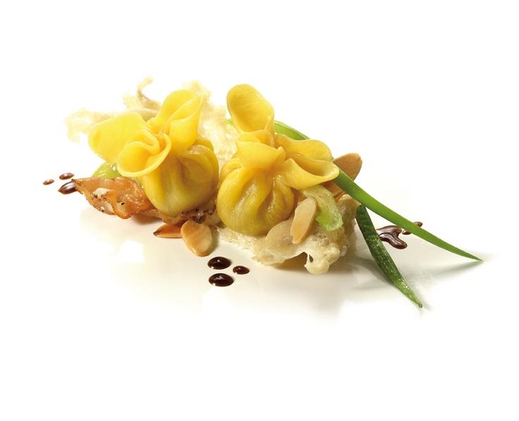 Fagottini au gorgonzola et aux noix avec julienne de lard de Colonnata, filets d'amandes et réduction de vinaigre balsamique