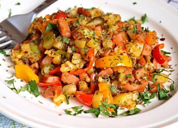 Rychlá směska ze zbytků brambor, kousku uzeniny, naťové cibulky, barevných paprik a koření.