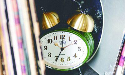 【楽天市場】目覚し時計【Froyle [ フロイル ]】時計|目覚まし時計|駅やホテルをイメージしてデザインしたシックな目覚し時計。時計|目覚まし時計|おしゃれ|レトロ|とけい|目覚まし|可愛い|デザイン|ベル [送料無料]:ヒナタデザイン