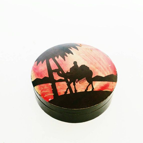 Bekijk dit items in mijn Etsy shop https://www.etsy.com/listing/265900747/japanese-lacquerware-box-man-riding-a